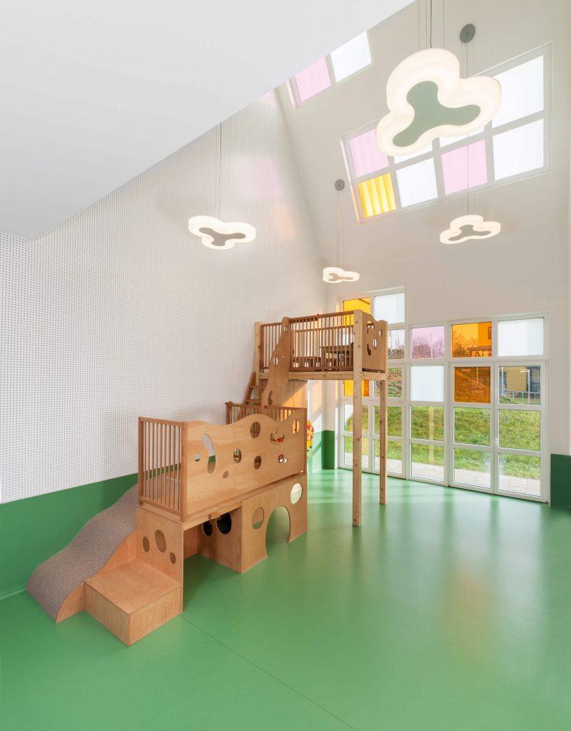 Zu sehen ist ein Raum mit Spielgeräten für Kleinkinder