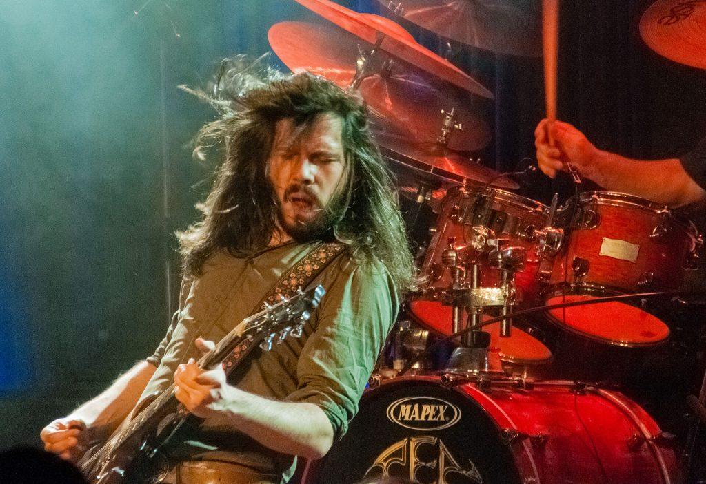 Zu sehen ist ein Gitarrenspieler vor einem Schlagzeug auf den Kulturwelten Helmbrechts